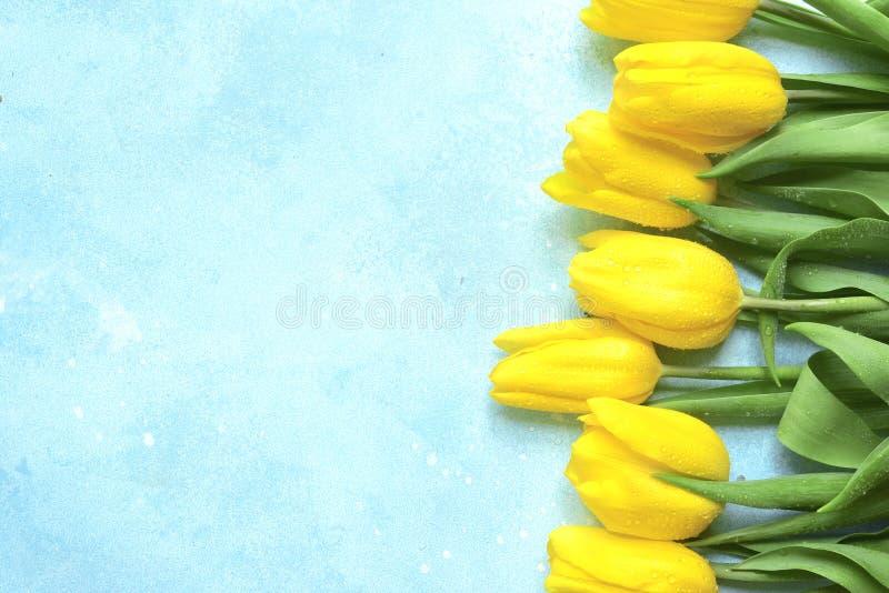 Vier achtergrond met boeket van gele tulpen Hoogste mening met exemplaarruimte stock foto's