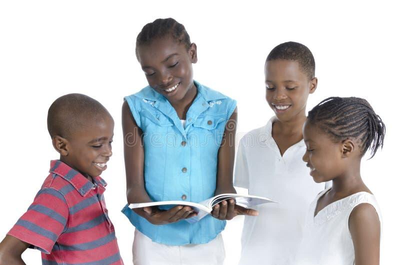 Vier Afrikaanse jonge geitjes die samen leren royalty-vrije stock afbeeldingen
