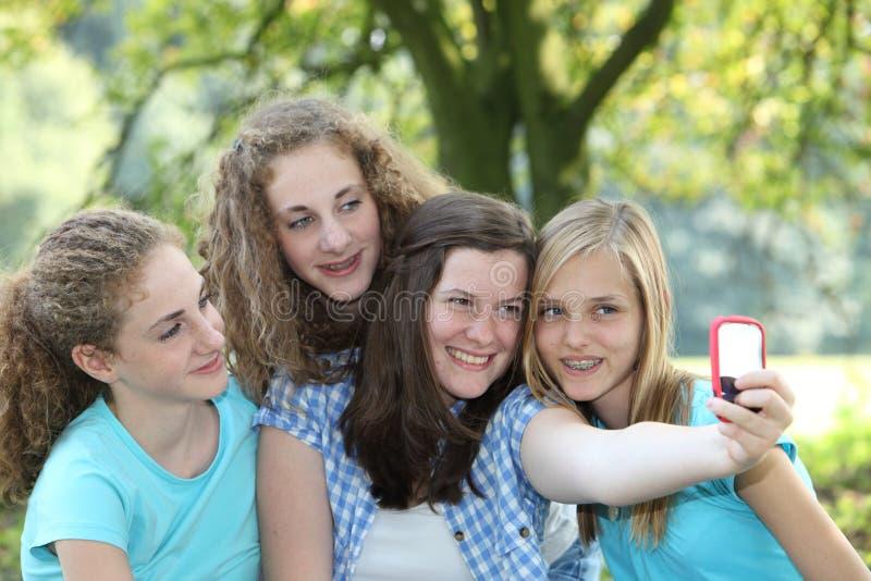 Vier attraktive Jugendlichen in einem Park stockfotos
