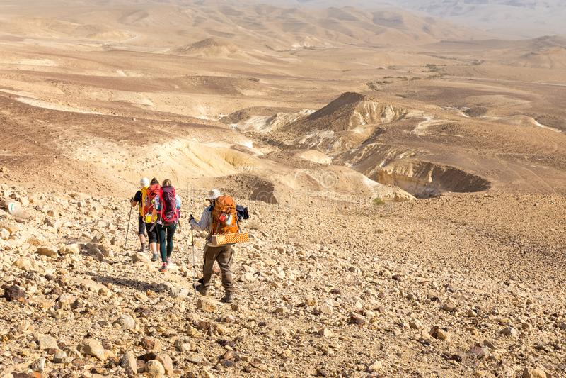 Vier backpackers die sleep, Negev-woestijn, Israël wandelen royalty-vrije stock fotografie