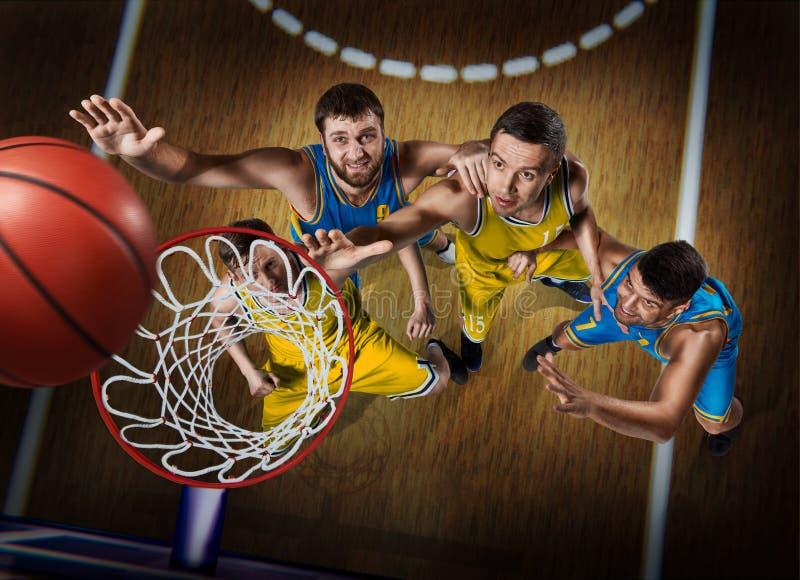 Vier Basketball-Spieler während des Gedränges auf nasketball Arena stockfotos