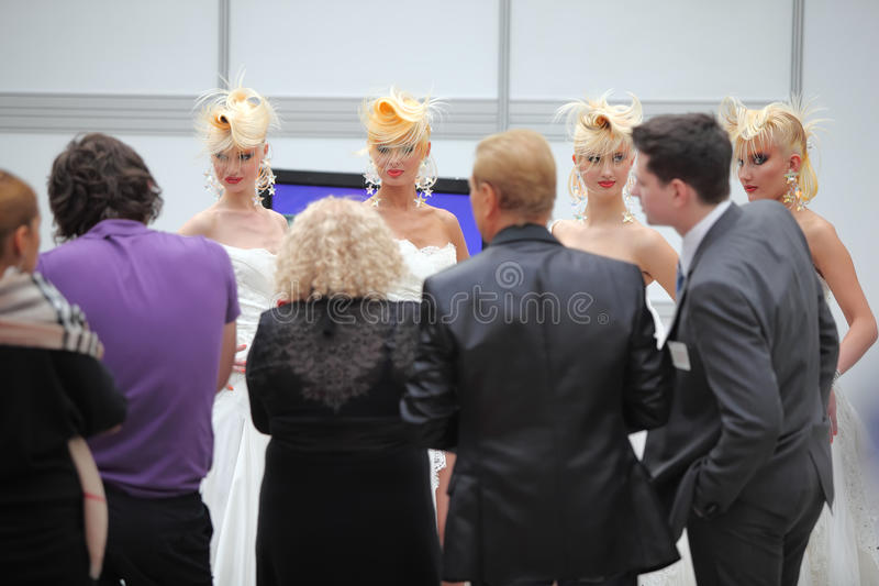 Vier Baumuster mit fantasievoller Frisur und Fotografen stockfotos