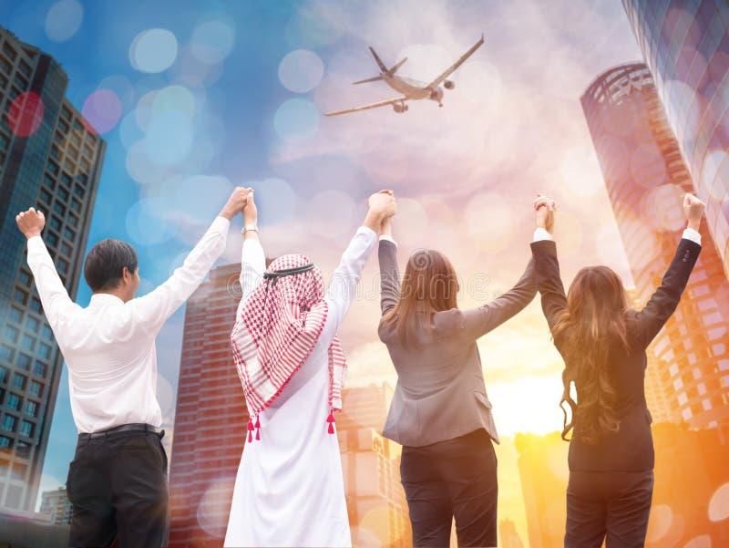 Vier bedrijfsmensen maken hoge hand voor de zaken van de luchtlijn stock foto