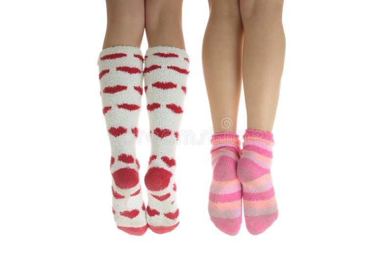 Vier benen met kleurrijke sokken stock foto's