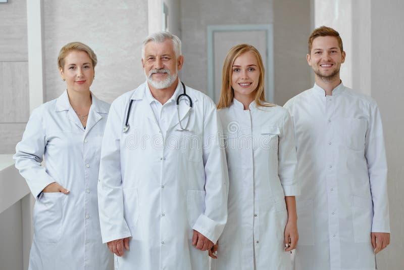 Vier beroeps tijdens hun verschuiving in het ziekenhuis royalty-vrije stock foto
