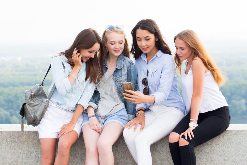 Vier beste vrienden die een selfie op de achtergrond van aard doen Moderne technologie, reis, levensstijl stock fotografie