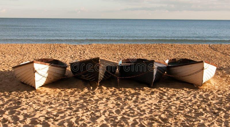 Vier Boote auf dem Strand stockfotografie