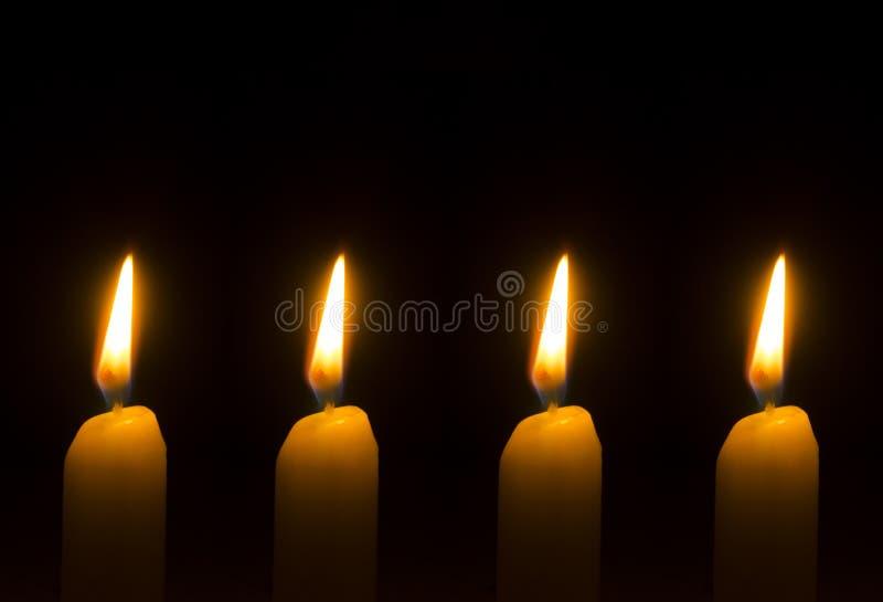 Vier brandende kaarsen voor Komst - Kerstmis royalty-vrije stock afbeeldingen