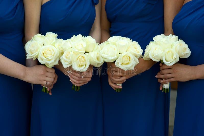 Vier Brautjunfern, die Hochzeitsblumensträuße anhalten lizenzfreies stockfoto
