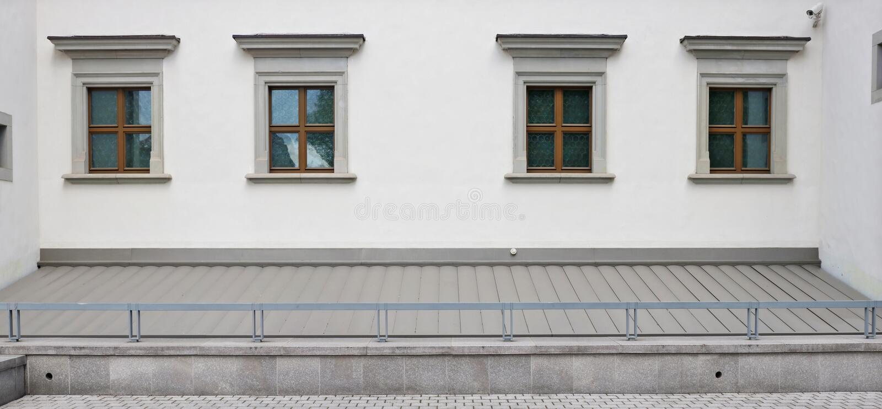 Vier bruine plastic vensters in het herstelde oude oude stadshuis royalty-vrije stock afbeeldingen