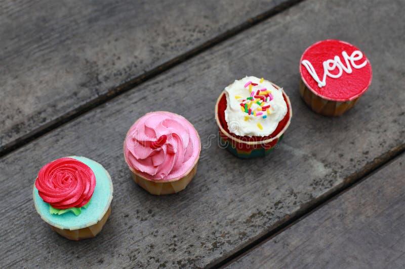 Vier bunte kleine Kuchen lizenzfreies stockfoto