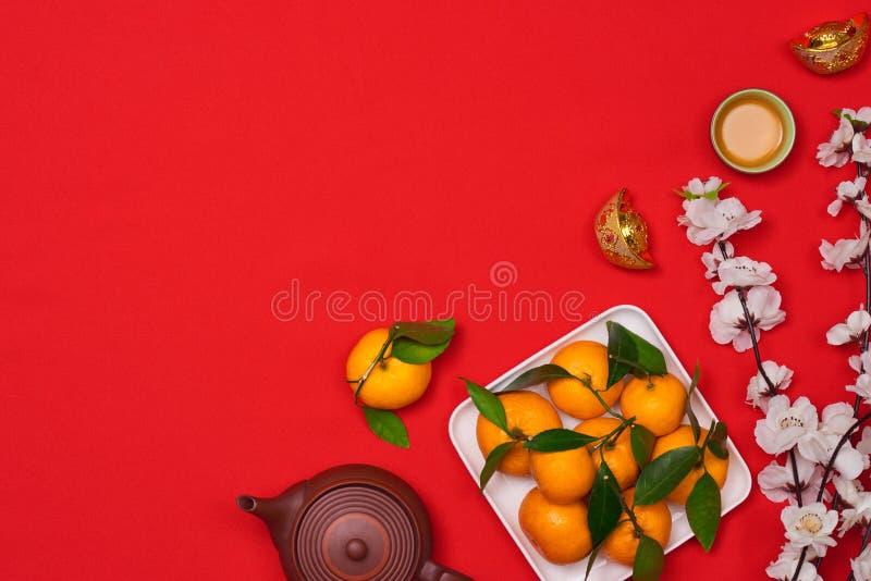Vier Chinese Nieuwjaarachtergrond met oranje fruit voor oorlogen royalty-vrije stock foto
