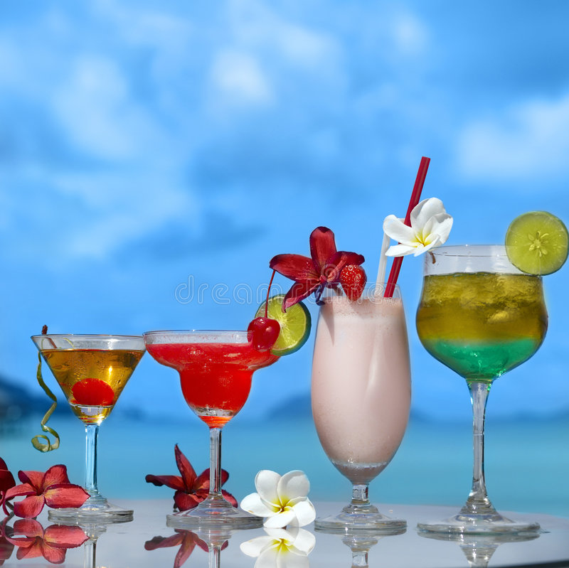 Vier Cocktails lizenzfreie stockbilder