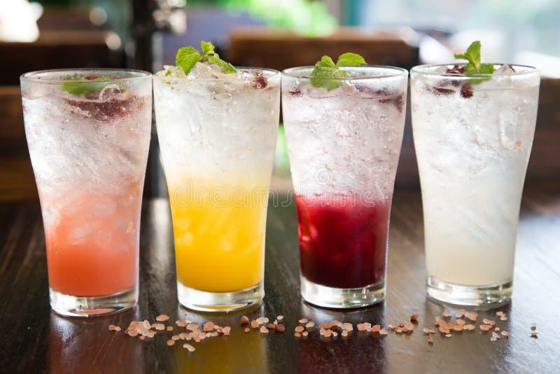 Vier Cocktails auf dem Barz?hler stockfotos