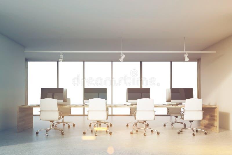 Vier computers op bureau in gestemd bureau, royalty-vrije stock afbeelding