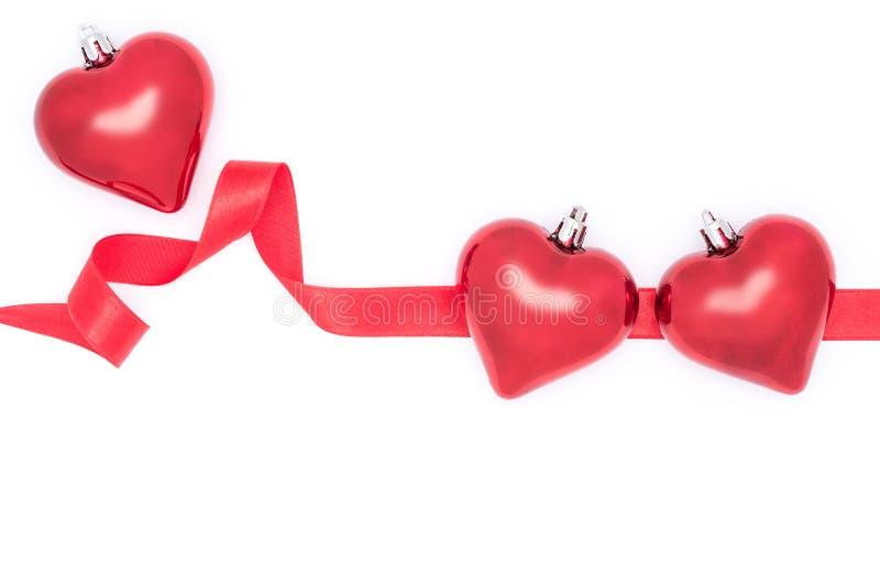 Vier de Dag van Valentine, harten en rood lint stock afbeeldingen