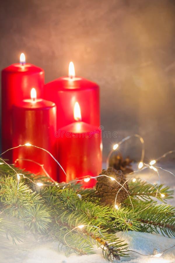 Vier de kroonregeling van Komst rode Christmascandles met een copyspace royalty-vrije stock afbeelding