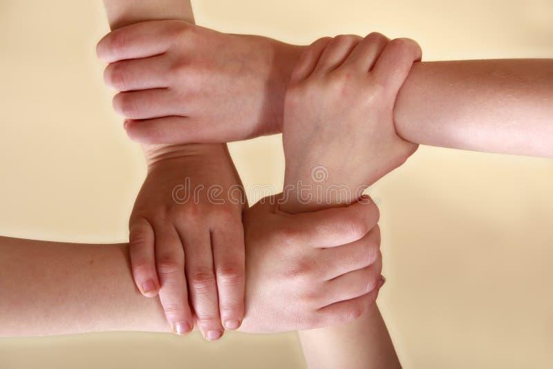 Vier de met elkaar verbindende Handen van Kinderen
