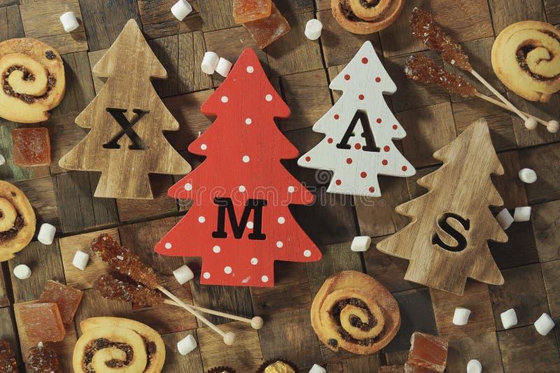Vier decoratieve houten Kerstbomen met gesneden van brievenkerstmis en Kerstmis snoepjes Hoogste mening royalty-vrije stock afbeelding
