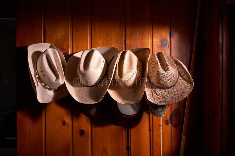 Vier die cowboyhoeden op houten muur worden gehangen royalty-vrije stock fotografie