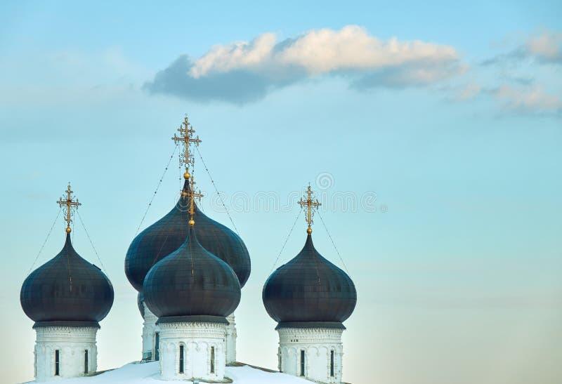 Vier donkerblauwe koepels bovenop de christelijke kerk met een hemelachtergrond stock foto