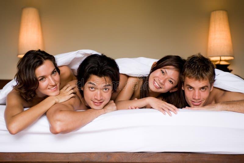 Vier in einem Bett stockfotografie