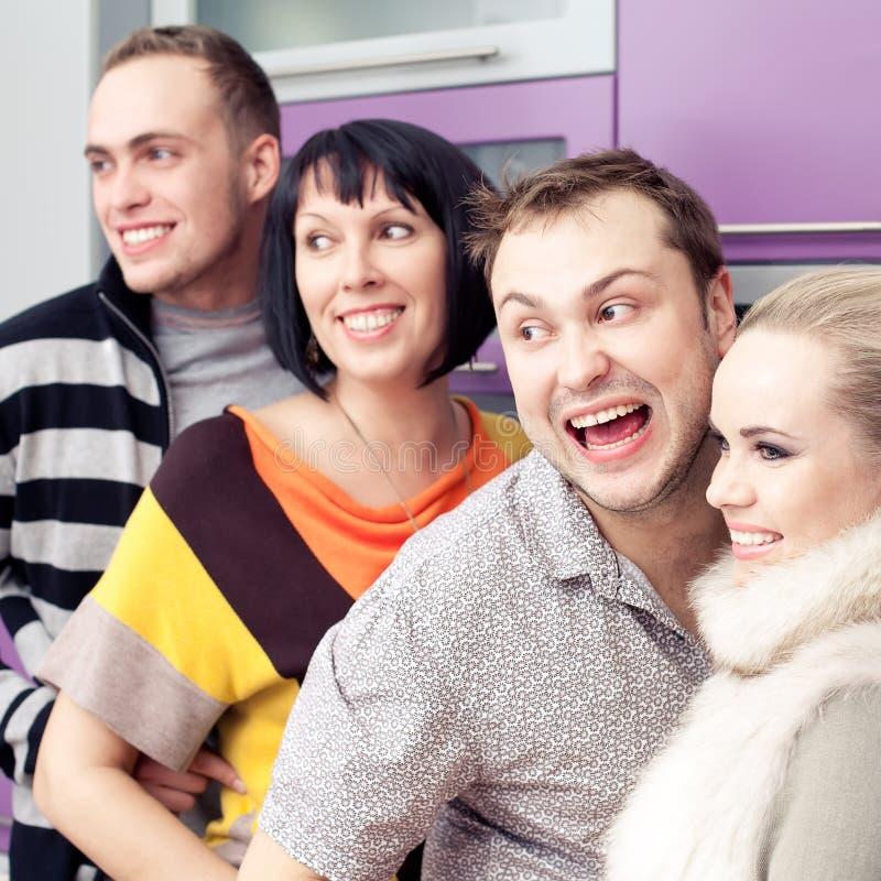 Vier enge Freunde, die zusammen ein gesellschaftliches Beisammensein genießen stockfotografie