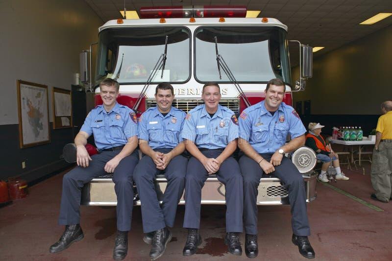 Vier Feuerwehrmänner stockbild