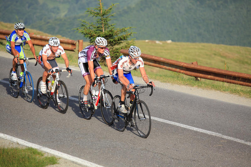 Vier fietsers die bergen beklimmen bij Sibiu het Cirkelen Reis 2012 stock afbeeldingen