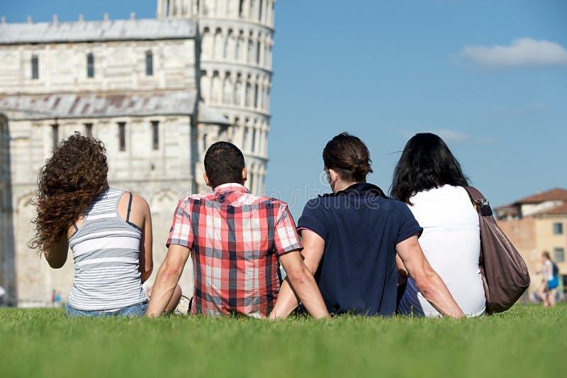 Vier Freunde auf Ferien Pisa besichtigend stockfotos