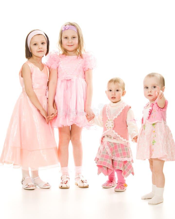 Vier Freunde Spielen eines in den rosafarbenen Kleides stockfotos
