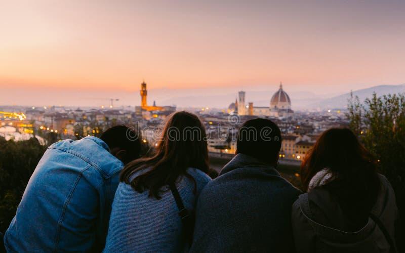 Vier Freunde, welche die Ansicht von Florenz, Toskana, Italien bei Sonnenuntergang genießen lizenzfreies stockfoto