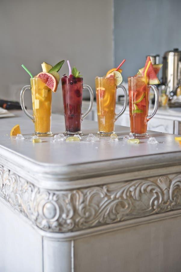 Vier Fruchtcocktails auf einer Weinlesetabelle Gesunde gesunde Getränke Frische und Aroma lizenzfreies stockbild