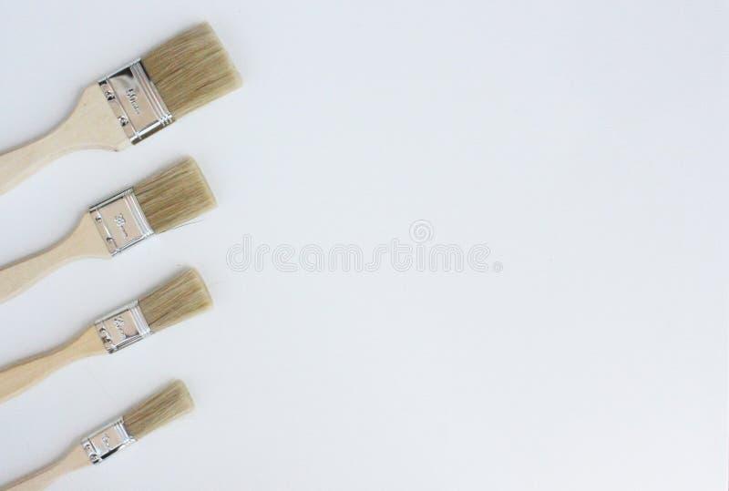 Vier gelbe Bürsten für das Malen stockfotos