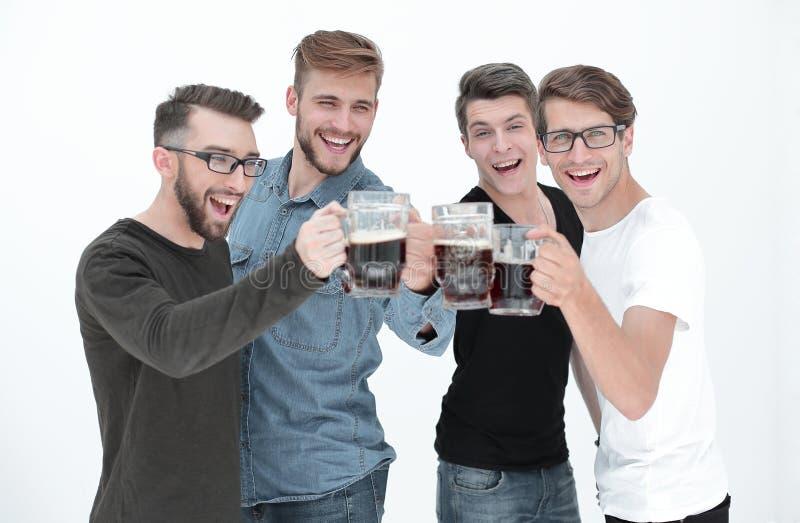 Vier gelukkige jonge mensen, clinking glazen van bij stock afbeeldingen