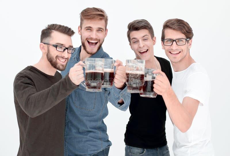 Vier gelukkige jonge mensen, clinking glazen van bij stock foto