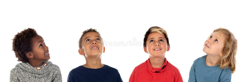 Vier gelukkige kinderen die omhoog kijken royalty-vrije stock foto