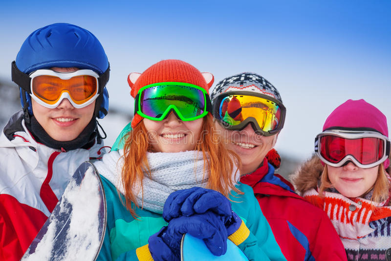 Vier gelukkige snowboarders die beschermende brillen dragen royalty-vrije stock fotografie