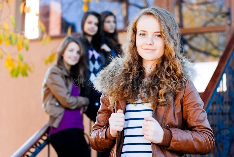 Vier gelukkige vrienden van tienermeisjes royalty-vrije stock foto's