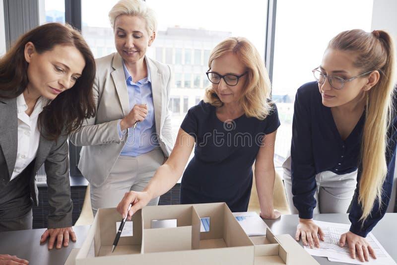 Vier Geschäftsfrauen, die im Büro arbeiten stockbild