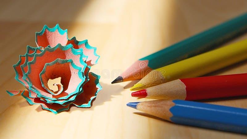 Vier geschärfte Bleistifte und Rückstände lizenzfreies stockbild
