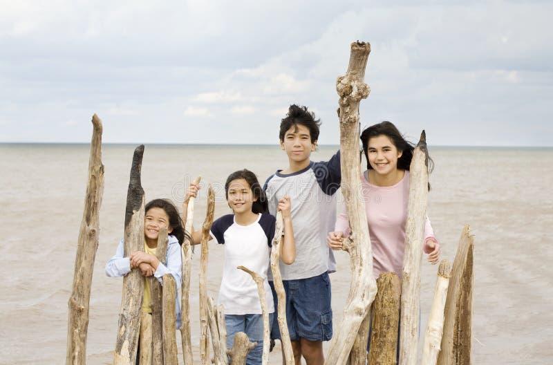 Vier Geschwister durch lakeshore lizenzfreie stockfotos