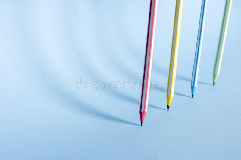 Vier gestreepte kleurpotloden bevinden zich rechtop stock fotografie