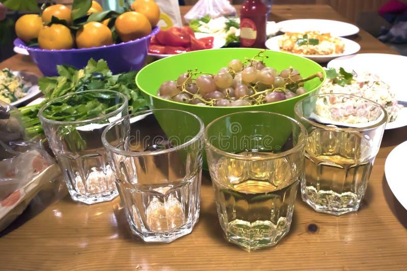 Vier glazen op een rustieke close-up van de partijlijst royalty-vrije stock foto