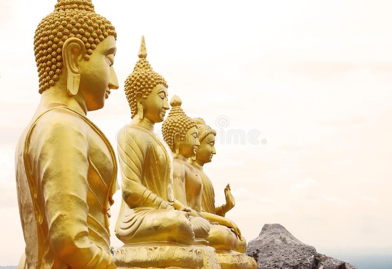 Vier gouden standbeelden van Boedha op een bergbovenkant royalty-vrije stock afbeelding