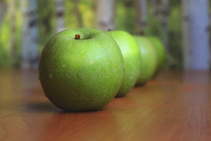 Vier große grüne Äpfel lizenzfreie stockfotos