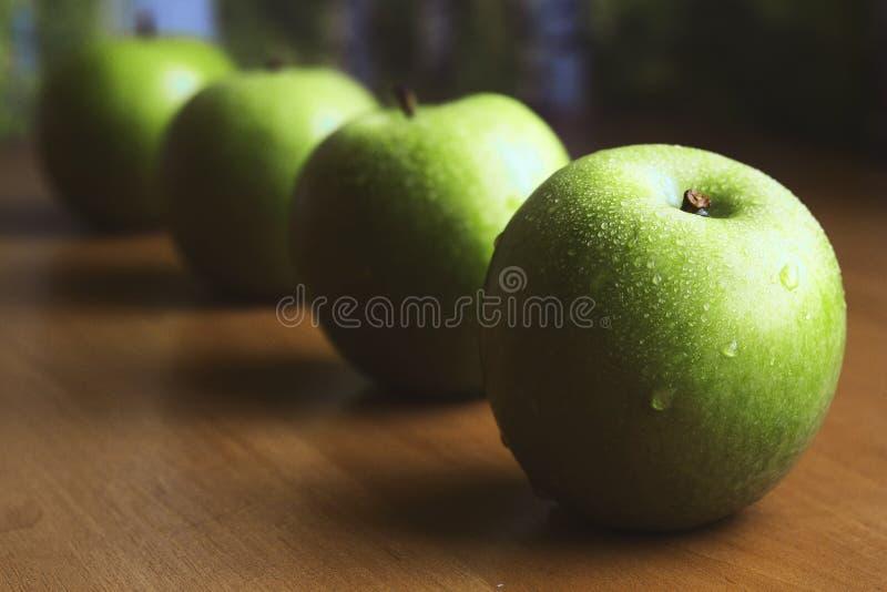 Vier große grüne Äpfel lizenzfreies stockfoto