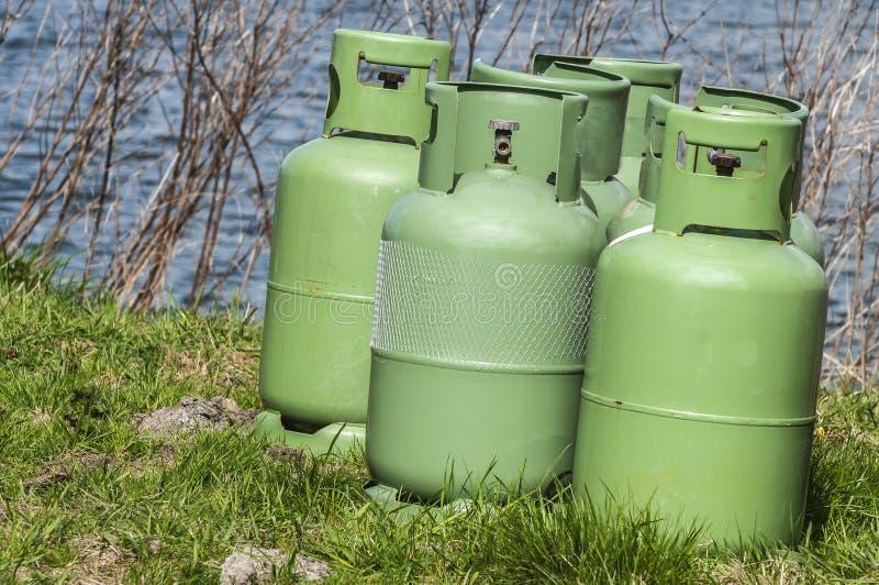 Vier groene flessen van de propaanopslag royalty-vrije stock afbeeldingen