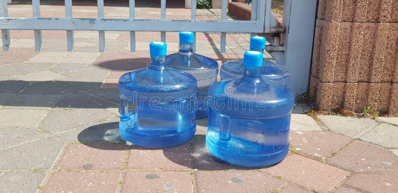 Vier groot plastic kruikenhoogtepunt met drinkwater royalty-vrije stock foto