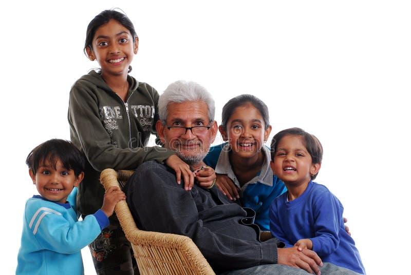 Vier grote kinderen met grote vader royalty-vrije stock afbeeldingen